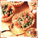 Корзинки с разноцветным салатом