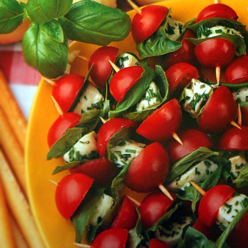 Шпажки с помидорами и моцареллой