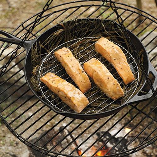 Лосось-гриль в глазурі з кленового сиропу, приготований на соснових голках
