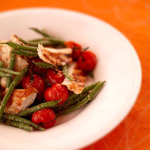 Курка барбекю з теплим салатом із зеленої стручкової квасолі