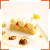 Десерт из кукурузной панна коты, лимонного кекса и греческих орехов