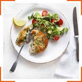 Лососевые котлеты с брокколи и салат с водяным крессом, авокадо и помидорами