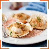 Запеченные морские гребешки с сыром и винным соусом