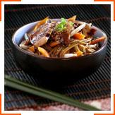 Рисова локшина з куркою, кунжутом і медово-соєвим соусом