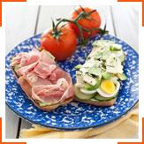 Сандвичи с яйцами, прошутто, авокадо и базиликом