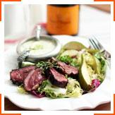 Салат с утиной грудинкой, грушами и сырной заправкой