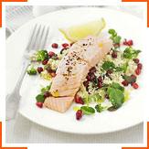 Салат з лосося з кускусом, брокколі і гранатом