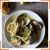 Моллюски с вином и колбасками