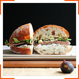 Сандвіч з інжиром, салямі і козячим сиром