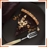 Шоколадно-карамельний пиріг з фініками і грецькими горіхами