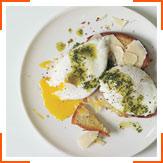 Яйца-пашот с соусом, пармезаном и тостами