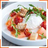 Яйца-пашот с помидорами, руколой и гренками