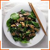 Салат зі шпинатом, куркою і грибами в соусі теріякі