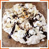 Меренга с грушами, сливками, жаренными лесными орехами и шоколадным соусом