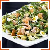 Салат с копченым лососем, водяным крессом, картошкой и перепелиными яйцами