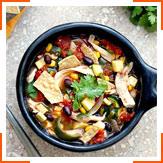 Овочевий суп із курячим м'ясом і чіпсами тортилья
