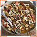 Испанские фрикадельки с моллюсками, чоризо и кальмаром