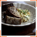 Яичница-болтунья со сливочным крем-сыром и травами