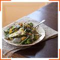Салат с равиоли, овощами и сливочным соусом с тахини