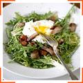 Салат фрізе з яйцями пашот та беконом