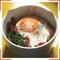 Запеченные яйца с беконом и шпинатом