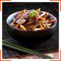 Рисовая лапша с курицей, кунжутом и медово-соевым соусом