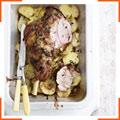 Запечена ніжка ягняти з картоплею і чебрецем