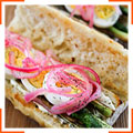 Сэндвичи с яйцами, спаржей и маринованным луком