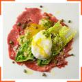 """Карпаччо из филе-миньон и мини-салат """"Цезарь"""" с яйцом пашот"""