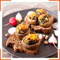 Тосты с грибами, фаршированными шпинатом и греческими орехами