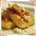 Полента с карамелизированным луком, козьим сыром и медом