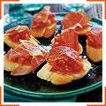 Испанские томатные хлебцы с хамоном серрано