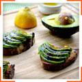 Брускетти з авокадо і бальзамічним сиропом