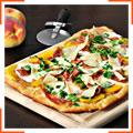 Піца з прошутто, персиками та моцареллою