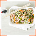 Салат с креветками и рисовой лапшой