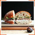 Сандвич с инжиром, салями и козьим сыром