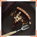 Шоколадно-карамельный пирог с финиками и грецкими орехами