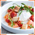 Яйця-пашот з помідорами, руколою і грінками