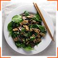 Салат со шпинатом,  курицей и грибами в соусе терияки