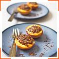 Запечені персики, фаршировані ромом і печивом амаретті