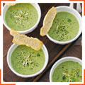Горохово-мятный суп с зеленым луком и хлебцами из пармезана