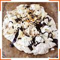 Меренга з грушами, вершками, смаженими лісовими горіхами і шоколадним соусом