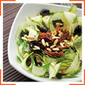 Салат с цукини, сушеными помидорами и кедровыми орешками