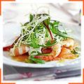 Копчений лосось з креветками, соусом з хрону і лаймовою заправкою