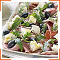 Тарелка с хамоном, оливками, фетой и руколой с домашними кростини