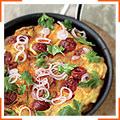Омлет с картошкой, колбасками чоризо и салатом из петрушки