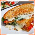 Сэндвич с маринованным красным перцем и моцареллой